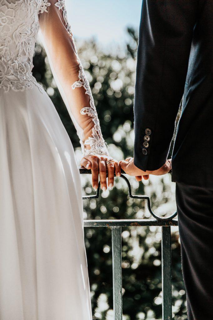 Les mariés pendant leur cérémonie de mariage