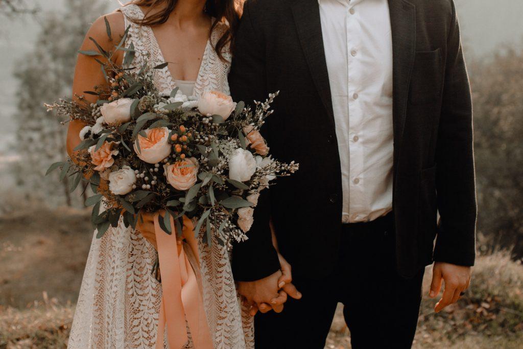 Un couple de jeunes mariés