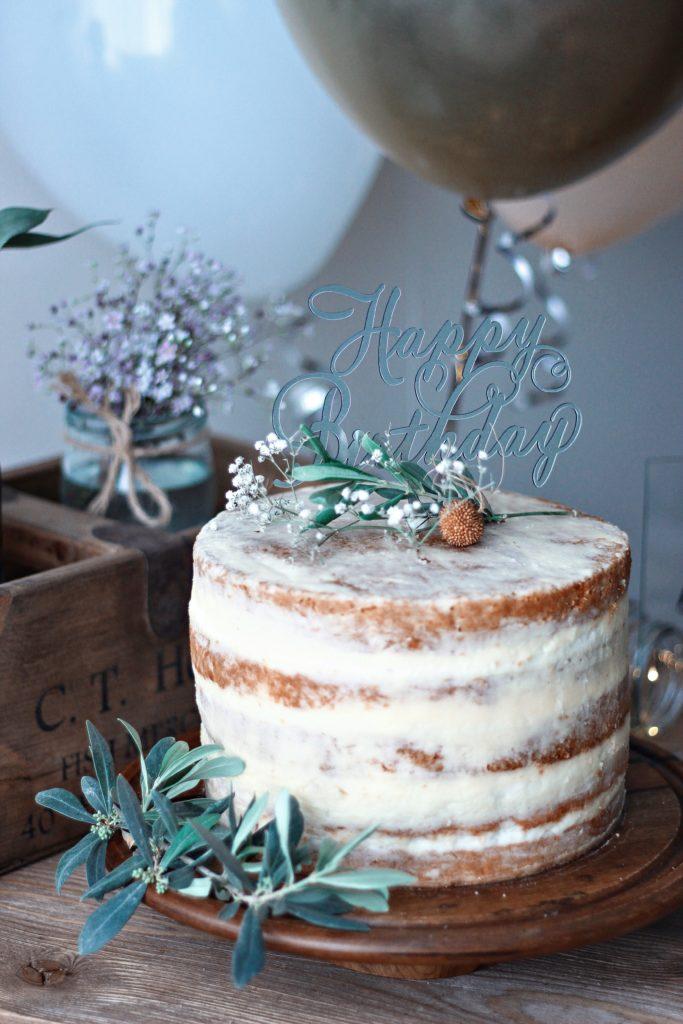 Gâteau d'anniversaire et buffet