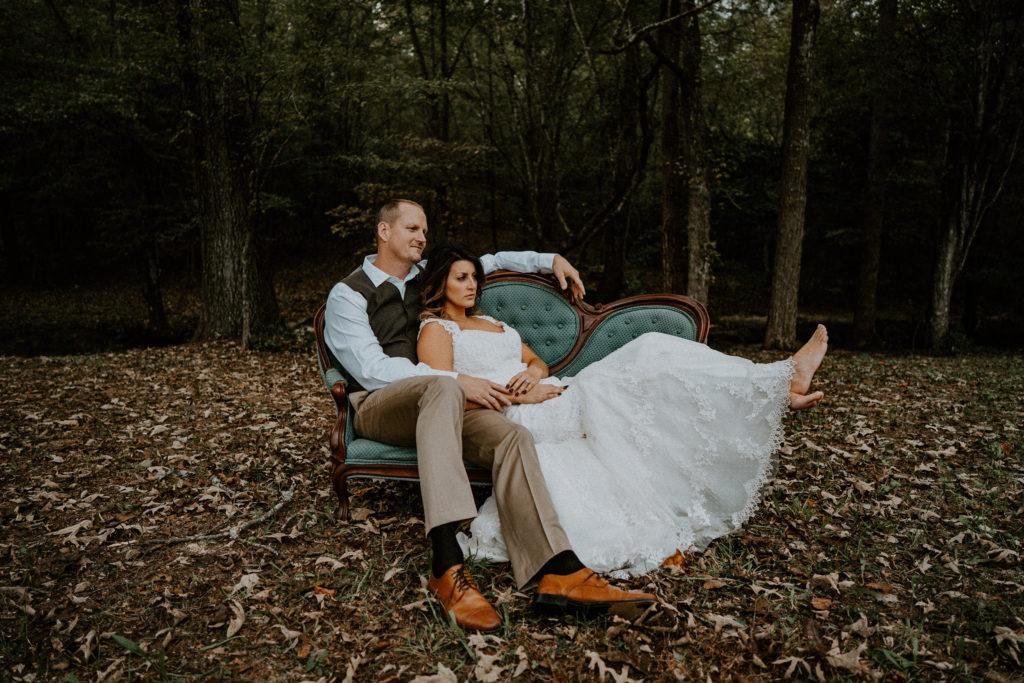Les jeunes mariés prennent la pose