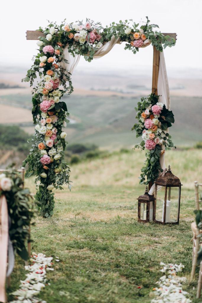 Arche cérémonie laïque fleurs décoration mariage